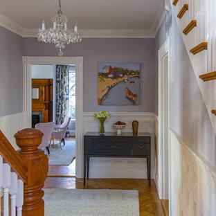 Inspiration för stora klassiska hallar, med mellanmörkt trägolv och lila väggar