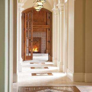 ダラスのトラディショナルスタイルのおしゃれな廊下 (トラバーチンの床、マルチカラーの床) の写真