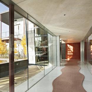 Exemple d'un couloir tendance avec un mur rouge.