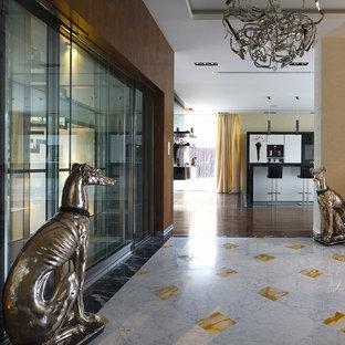 Idéer för att renovera en stor funkis hall, med beige väggar och marmorgolv