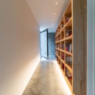На фото: коридор среднего размера в стиле модернизм с бежевыми стенами, ковровым покрытием, серым полом и деревянным потолком