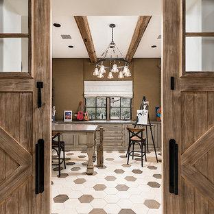 フェニックスの巨大なシャビーシック調のおしゃれな廊下 (ベージュの壁、磁器タイルの床、マルチカラーの床) の写真