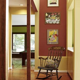 Idéer för en mellanstor eklektisk hall, med röda väggar och mellanmörkt trägolv