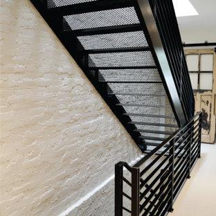Идея дизайна: коридор среднего размера в стиле ретро с белыми стенами, бетонным полом, белым полом и кирпичными стенами