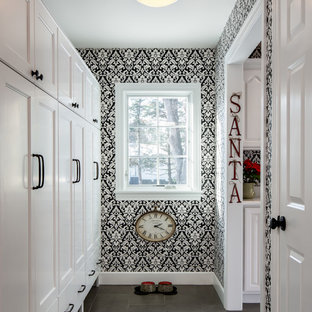 Imagen de recibidores y pasillos clásicos renovados, de tamaño medio, con paredes multicolor, suelo de baldosas de cerámica y suelo gris