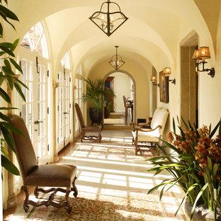 Свежая идея для дизайна: коридор в средиземноморском стиле с желтыми стенами - отличное фото интерьера