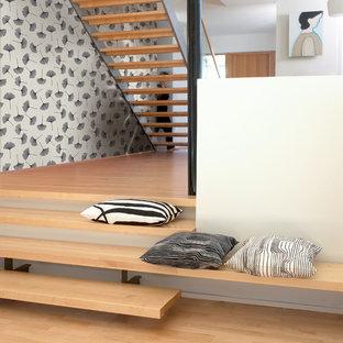 Idéer för mellanstora funkis hallar, med flerfärgade väggar och ljust trägolv