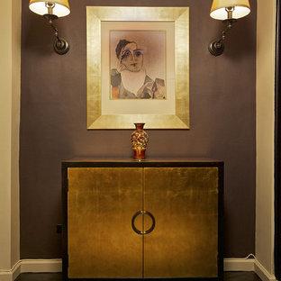 Eklektisk inredning av en hall, med lila väggar, mörkt trägolv och svart golv