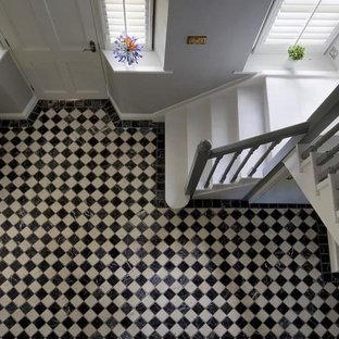 Inspiration för en vintage hall, med marmorgolv