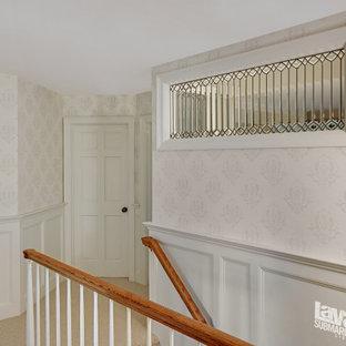 ミネアポリスの中くらいのトラディショナルスタイルのおしゃれな廊下 (白い壁、カーペット敷き、白い床、壁紙) の写真