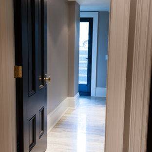 トロントの大きいコンテンポラリースタイルのおしゃれな廊下 (茶色い壁、無垢フローリング、白い床) の写真