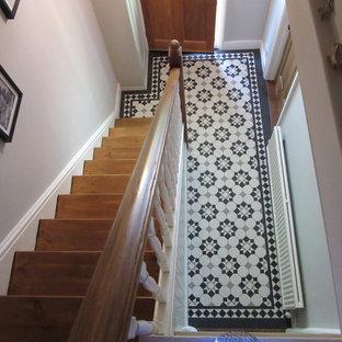 ロンドンのヴィクトリアン調のおしゃれな廊下 (セラミックタイルの床) の写真