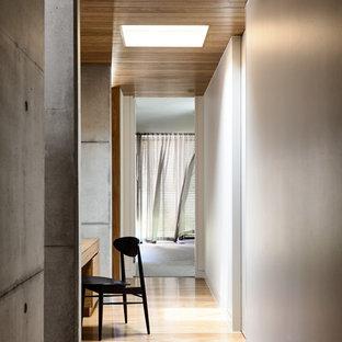 Inspiration för en mellanstor funkis hall, med grå väggar, ljust trägolv och beiget golv