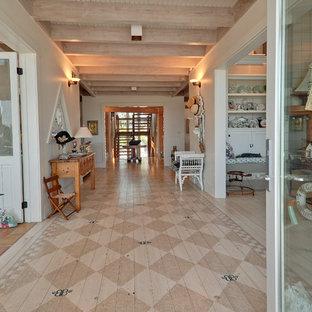 Inspiration för mycket stora maritima hallar, med målat trägolv och vita väggar