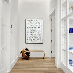 Идея дизайна: огромный коридор в современном стиле с белыми стенами, светлым паркетным полом, бежевым полом и кессонным потолком