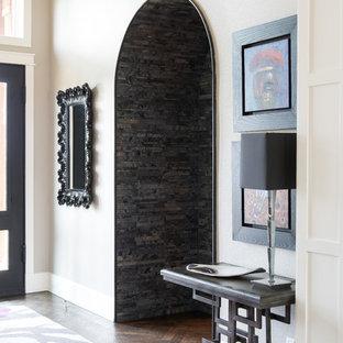 Idéer för att renovera en stor vintage hall, med beige väggar och mörkt trägolv