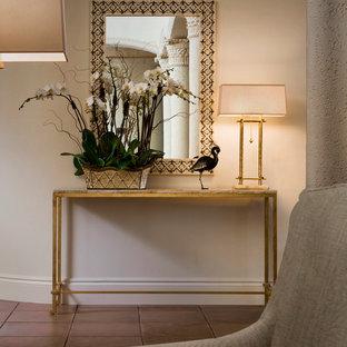 Inspiration för mellanstora klassiska hallar, med beige väggar, klinkergolv i keramik och brunt golv