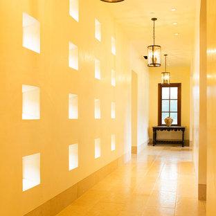 Создайте стильный интерьер: коридор в средиземноморском стиле с желтым полом - последний тренд