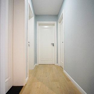 Idéer för att renovera en liten nordisk hall, med grå väggar, mellanmörkt trägolv och gult golv