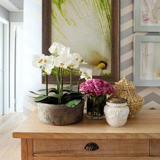 Inspiration för mellanstora eklektiska hallar, med flerfärgade väggar och ljust trägolv