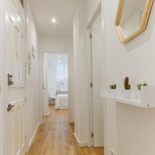 Diseño de recibidores y pasillos nórdicos, de tamaño medio, con paredes blancas y suelo de madera en tonos medios
