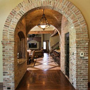 Idéer för en medelhavsstil hall, med beige väggar och mörkt trägolv