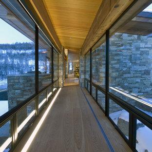 Idéer för en modern hall, med mellanmörkt trägolv