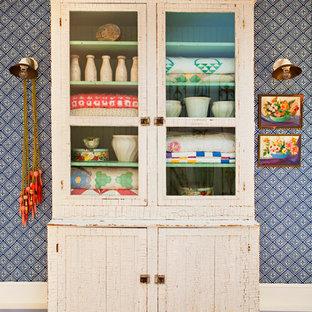 Пример оригинального дизайна: коридор в стиле шебби-шик с синими стенами, деревянным полом и синим полом