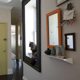 Modelo de recibidores y pasillos contemporáneos con paredes beige