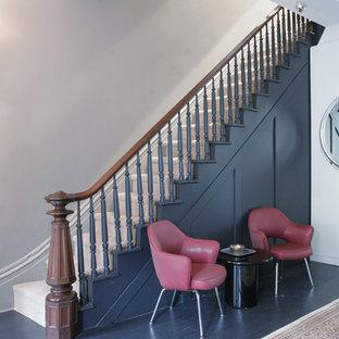 Idéer för små funkis hallar, med grå väggar, målat trägolv och svart golv