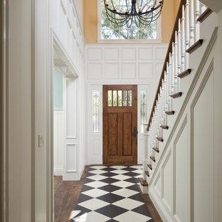 Inspiration pour un couloir traditionnel avec un mur blanc, un sol en bois foncé et un sol multicolore.