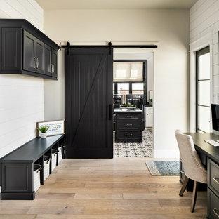 Modelo de recibidores y pasillos tradicionales renovados con paredes grises y suelo de madera clara