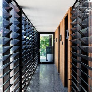 Esempio di un ingresso o corridoio minimal con pavimento alla veneziana e pavimento grigio