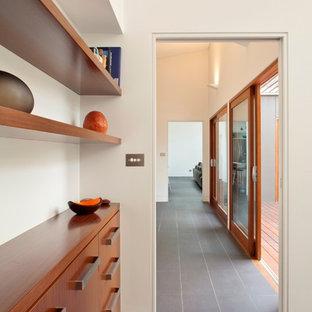 Imagen de recibidores y pasillos contemporáneos con paredes blancas