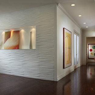Идея дизайна: огромный коридор в современном стиле с белыми стенами, темным паркетным полом и коричневым полом