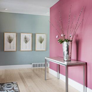 ソルトレイクシティの中くらいのコンテンポラリースタイルのおしゃれな廊下 (ピンクの壁、淡色無垢フローリング) の写真