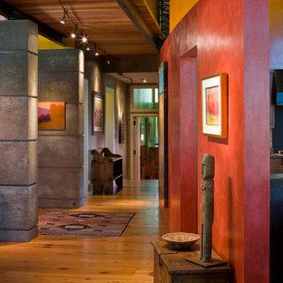Idéer för funkis hallar, med röda väggar och mellanmörkt trägolv