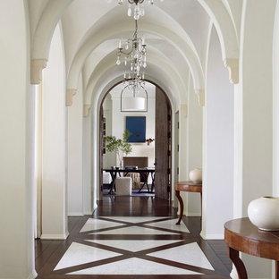Неиссякаемый источник вдохновения для домашнего уюта: огромный коридор в классическом стиле с белыми стенами, мраморным полом и белым полом