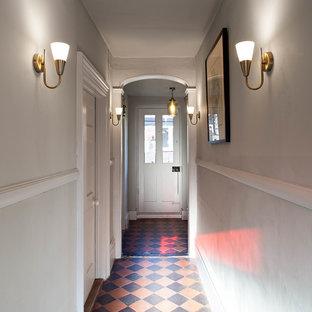 Idee per un ingresso o corridoio country di medie dimensioni con pareti grigie, pavimento in terracotta e pavimento multicolore
