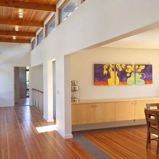 Idée de décoration pour un couloir vintage avec un sol orange.