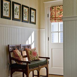 ボストンの小さいトラディショナルスタイルのおしゃれな廊下 (ベージュの壁、セラミックタイルの床) の写真