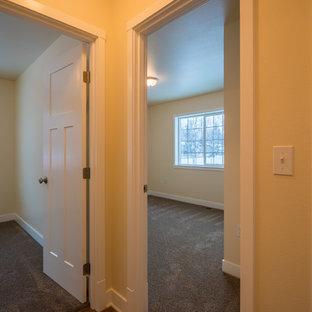 他の地域の中くらいのトランジショナルスタイルのおしゃれな廊下 (黄色い壁、ラミネートの床、茶色い床) の写真