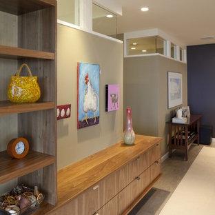 ポートランドのコンテンポラリースタイルのおしゃれな廊下 (ベージュの壁、磁器タイルの床) の写真