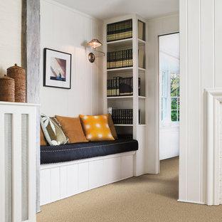Mittelgroßer Klassischer Flur mit weißer Wandfarbe, Teppichboden und braunem Boden in Boise