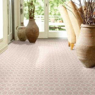 バンクーバーのトランジショナルスタイルのおしゃれな廊下 (カーペット敷き、ピンクの床) の写真