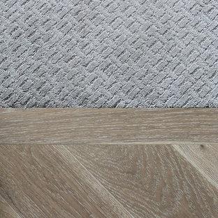 エドモントンの中くらいのトラディショナルスタイルのおしゃれな廊下 (カーペット敷き、グレーの床) の写真