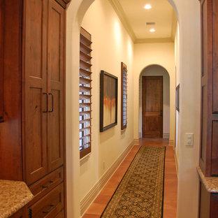 Foto di un ingresso o corridoio mediterraneo di medie dimensioni con pareti bianche e pavimento in terracotta