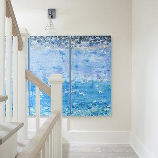 Идея дизайна: коридор среднего размера в морском стиле с белыми стенами, светлым паркетным полом и бежевым полом