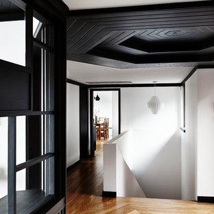 Esempio di un ingresso o corridoio contemporaneo di medie dimensioni con pareti bianche, pavimento in legno massello medio e pavimento giallo