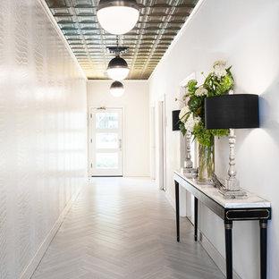 サンフランシスコの広いトランジショナルスタイルのおしゃれな廊下 (白い壁、磁器タイルの床、グレーの床) の写真